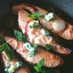 Salmone fresco in tranci con cipollotti e burro alla menta