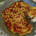 Schiacciata di zucchine in padella ripiena di prosciutto e provola