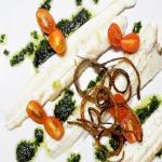 sogliola con battuta di basilico e cipolla croccante