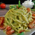 spaghetti al pesto di rucola e pomodorini