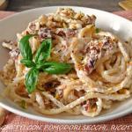spaghetti con ricotta, pomodori secchi e pistacchi