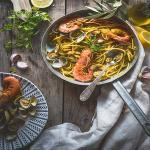 spaghetti con zafferano vongole e gamberoni