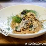 Spaghetti integrali con alici, olive taggiasche, pinoli e finocchietto selvatico