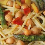Spaghetti senza glutine con asparagi, ceci e pomodori