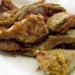 Spicchi di carciofi dorati e fritti