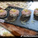 Torrette con tartare di tonno,  porro e passion fruit su crostino di pane di segale