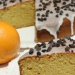 Torta  all'arancia ricoperta con glassa bianca e gocce di cioccolato