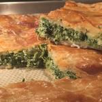 Torta con sfoglia veloce fatta in casa di spinaci e formaggio