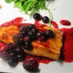 Trota salmonata ai frutti di bosco ed insalata