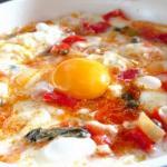 Uova al tegamino peperoni e asiago