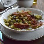 Zuppa di verza, cavolo nero e prosciutto croccante
