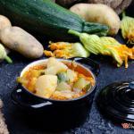 Zuppa estiva con zucchine patate e fiori di zucca