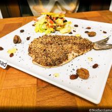 Branzino in crosta di olive con insalata estiva ai peperoni e mele