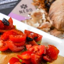 Bruschetta con pomodorini e aglio nero