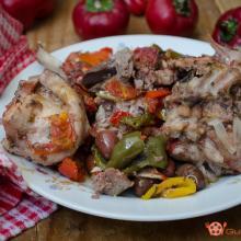 coniglio con peperoni e olive in padella