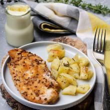 Cotolette di pollo con patate e salsa allo yogurt