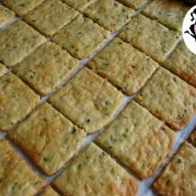 crackers fatti in casa al pomodoro