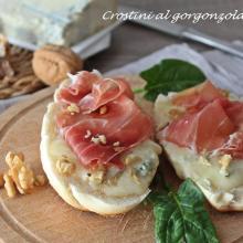 crostini al gorgonzola, noci e crudo