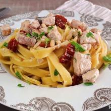 fetttuccine con pesce spada, pomodori secchi e  pinoli