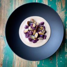 Gnocchetti viola su crema di cannellini e vongole
