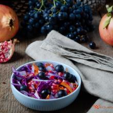 Insalata di cavolo rosso con melagrana e uva