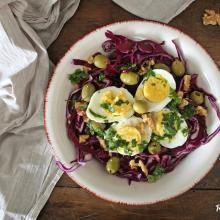 Insalata di cavolo rosso con uova e olive