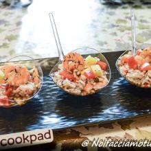 Insalata di cereali con peperoni marinati, ananas e gamberi saltati