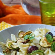 Insalata di pasta con zucchine, mozzarella e provolone piccante