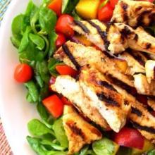 Insalata pollo grigliato pesche e datterini