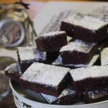 La kladdkaka o torta appiccicosa al cacao con cuore di basilico o al cardamomo
