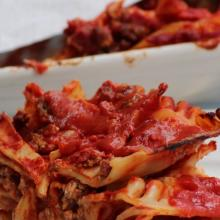 La lasagna riccia con ragù, polpettine e mozzarella