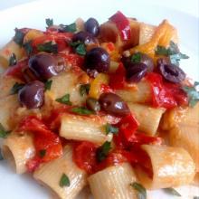 mezze maniche alla puttanesca con peperoni e salsa tonnata - le ricette di max
