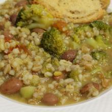 Minestra di cereali e legumi con broccoli