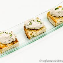 Mousse di ricciola su crostino senza glutine integrale
