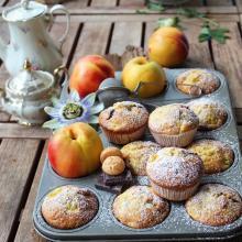 Muffin con pesche e amaretti e cioccolato