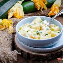 Pasta con gorgonzola zucchine e fiori di zucca