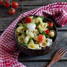 Pasta fredda con fagiolini pomodorini e feta