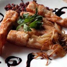 Pesce persico con cipolle stufate