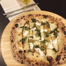Pizza bianca con cipolle caramellate, kale e balsamico