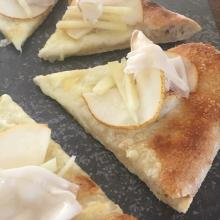 pizza con pecorino, pere e lardo di colonnata