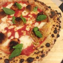Pizza con pomodorini gratinati