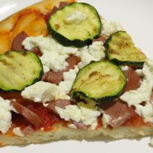 Pizza con zucchine, quartirolo, wurstel e lievito madre