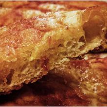 Pizza in teglia bassa e croccante con pasta madre