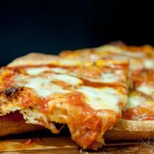 """pizza in teglia classica, famosa come """"la zozza campana"""""""