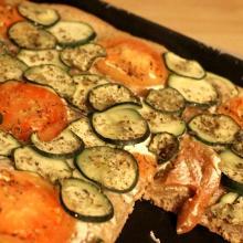 Pizza integrale con Philadelphia, pomodori e zucchine (con o senza Bimby)