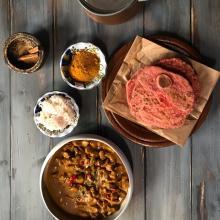 pollo al curry rosso e pane roti alla curcuma