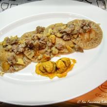 ravioli con farina di castagne ripieni di zucca e gongorzola con ragù di salsiccia e castagne