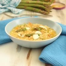 Risotto agli asparagi, crema di datterini gialli, stracciatella e polvere di capperi