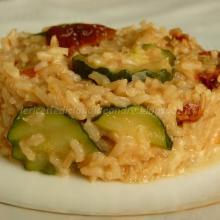 Risotto integrale con zucchina, pomodori secchi e mozzarella
