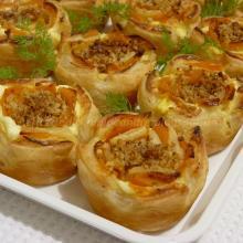 Roselline di sfoglia con zucca, formaggio spalmabile e noci